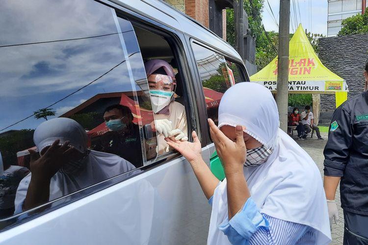 Salah satu wisatawan luar daerah saat menjalani rapid test saat hendak memasuki Kota Malang, Kamis (24/12/2020).