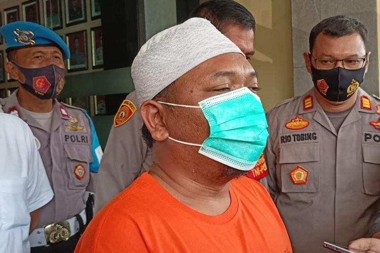 Tersangka AI ditahan Polres Metro Depok karena telah membuat isu penangkapan babi ngepet di Bedahan, Sawangan, yang ternyata hasil rekayasa.