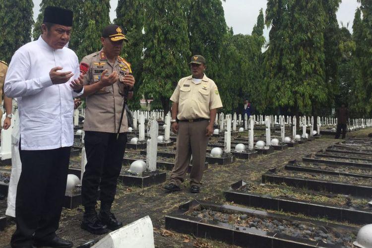 Gubernur Sumsel Herman Deru dan Kapolda Sumsel Irjen Pol Zulkarnain Adinegara saat melakukan doa bersama dengan Forum Kerukunan Umat Beragama (FKUB) di Taman Makam Pahlawan Palembang,Senin (20/5/2019).