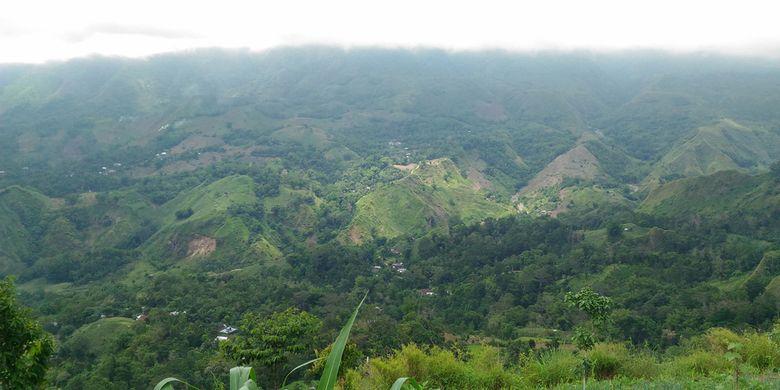Pemandangan dari bukit Taman Hutan Rakyat (tahura) Abdul Latif, Desa Batu Blerang, Kecamatan Sinjai Borong, Sulawesi Selatan.