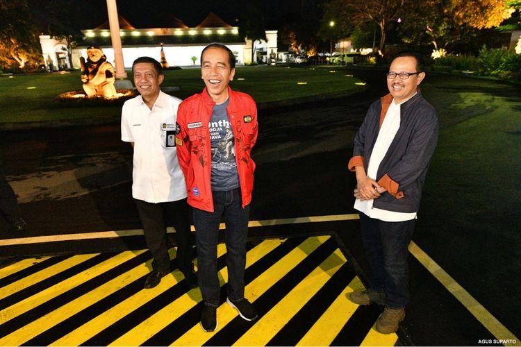 Presiden Joko Widodo (Jokowi) didampingi  Walikota Yogyakarta  Drs. H. Haryadi Suyuti (kiri) menanti detik-detik pergantian tahun di Gedung Agung, Daerah Istimewa Yogyakarta, Selasa (31/12/2019).