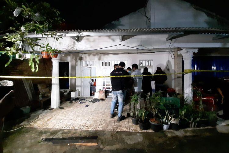 Kediaman pelaku teror di Mabes Polri, didatangi aparat kepolisian di Gang Taqwa, Ciracas, Jakarta Timur.