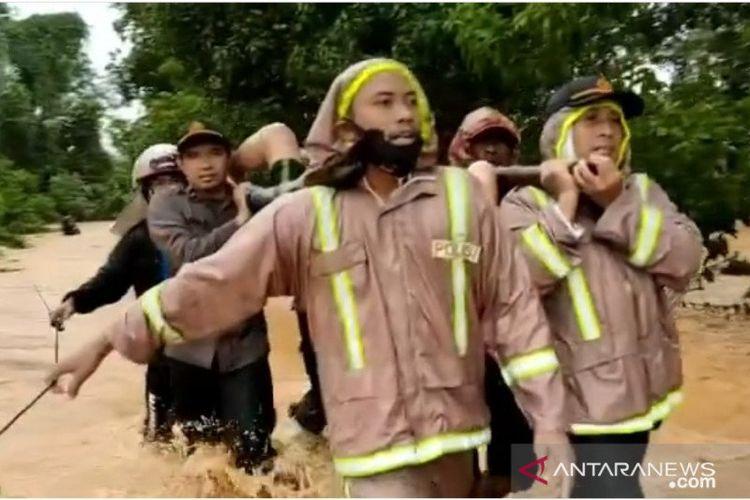 Anggota Polres Tanah Laut bersama tim SAR gabungan mengevakuasi korban tanah longsor di Desa Guntung Besar, Kecamatan Pelaihari, Kabupaten Tanah Laut.