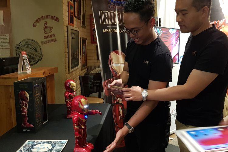 Gamers tengah memainkan robot Iron Man MK50