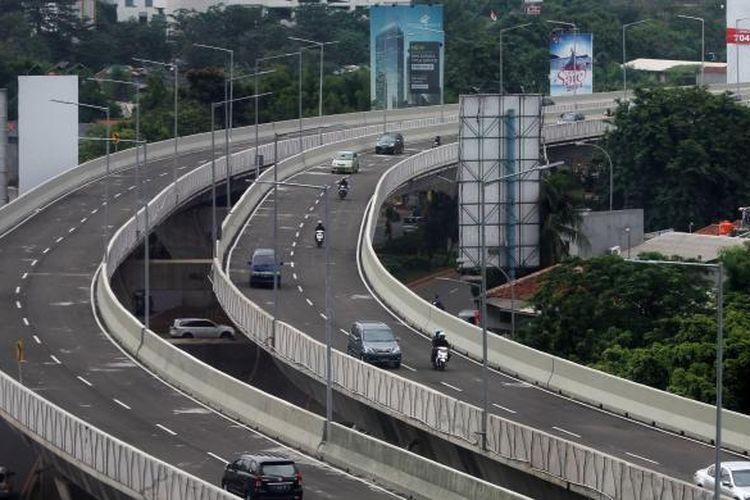 Kendaraan melintasi Jalan Layang Non-Tol (JLNT) Kampung Melayu-Tanah Abang, Jakarta, Senin (30/12/2013). JLNT sepanjang 3,4 kilometer yang terdiri dari tiga paket proyek pembangunan, yaitu Jalan Casablanca, Prof Dr Satrio, dan KH Mas Mansyur, resmi dibuka hari ini. KOMPAS IMAGES/KRISTIANTO PURNOMO