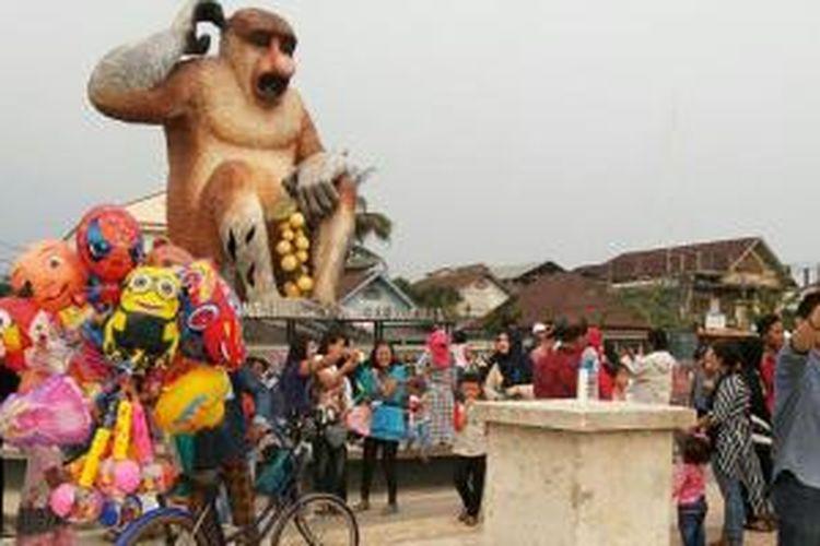 Posisi patung Bekantan di Banjaramasin, Kalimantan Selatan, berada agak jauh dari Menara Pandang dan pasar terapung, namun masih satu kawasan.