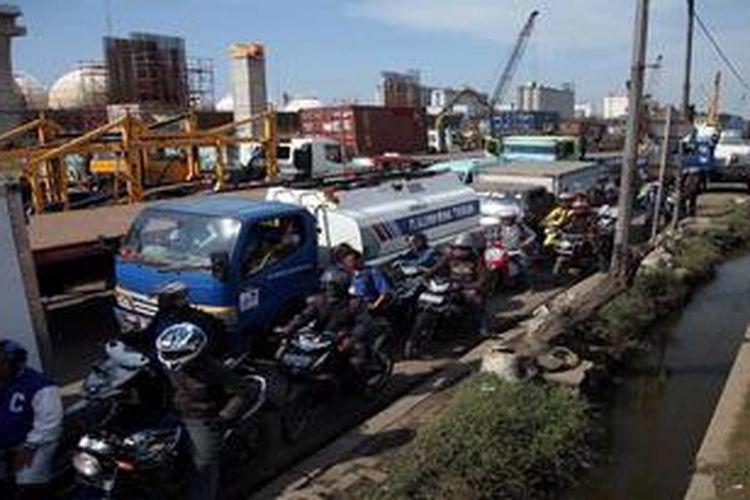 Kendaraan terjebak kemacetan di Jalan Cilincing Raya, Jakarta Utara, Kamis (30/5/2013). Kemacetan tersebut imbas dari pengerjaan jalan tol akses ke Pelabuhan Tanjung Priok.
