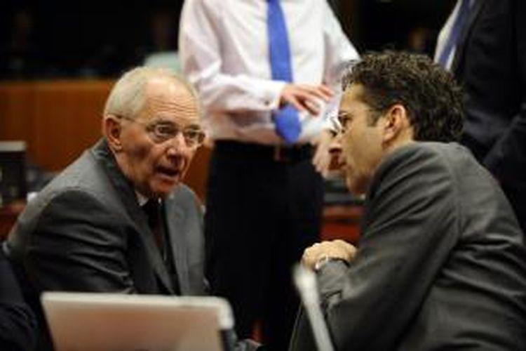 Menteri Keuangan Jerman, Wolfgang Schaeuble (kiri), berbicara dengan Menteri Keuangan Belanda yang juga adalah Presiden Europgroup Jeroen Dijsselbloem, sebelum petemuan Dewan Ekonomi dan Keuangan zona euro di Kantor Pusat Uni Eropa di Brussels, Belgia, paad 10 Desember 2013.