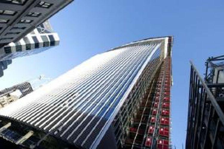 Arsitek Walkie Talkie, mengakui bahwa seharusnya gedung melengkung setinggi 37 lantai itu berlapis kisi-kisi horisontal yang dapat mencegah kilau sinar matahari.
