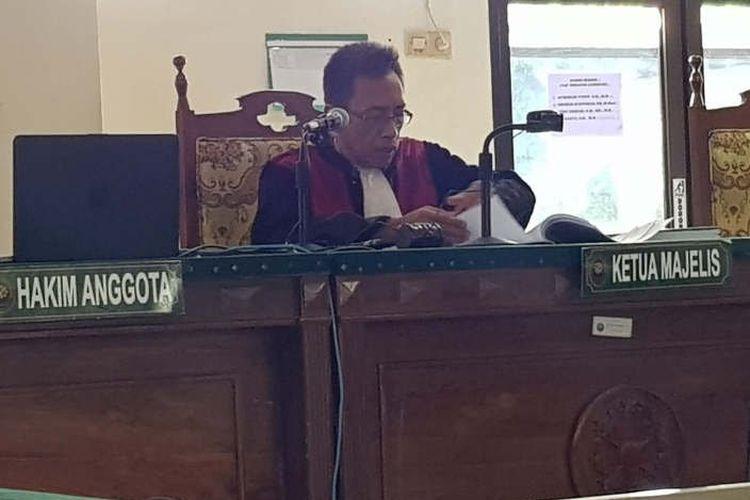 Hakim Tunggal Yogi Arsono membacakan putusan gugatan praperadilan terhadap BBPOM Semarang dalam sidang di PN Semarang, Jumat.