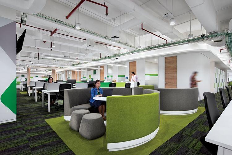 Kantor pintar ini memiliki ruang kerja terbuka (open-plan office).