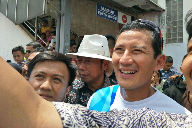 Wakil Gubernur DKI Jakarta Sandiaga Uno bersama Wakil Ketua DPRD DKI Jakarta Abraham Lunggana saat berkunjung ke Tanah Abang, Selasa (26/12/2017).