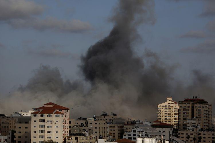Serangan udara Israel menghantam sebuah bangunan di Gaza pada Senin (17/5/2021). Militer Israel melakukan serangan udara skala besar pada Senin di Jalur Gaza, menghancurkan terowongan bawah tanah sepanjang 15 km dan sembilan rumah komandan pangkat tinggi Hamas.