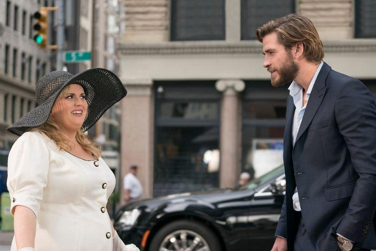 Rebel Wilson dan Liam Hemsworth dalam film Isnt It Romantic