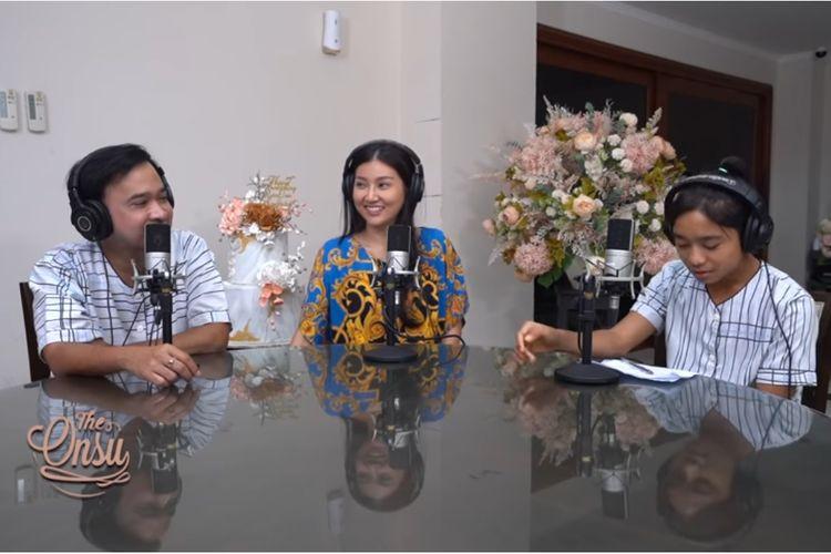 Pasangan artis Ruben Onsu dan Sarwendah menjawab pertanyaan dari putranya, Betrand Peto.
