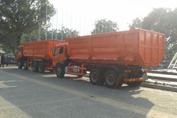 Dua unit truk sampah sumbangan PT Gaya Makmur saat diparkirkan di halaman Balaikota Jakarta, Selasa (20/5/2014)