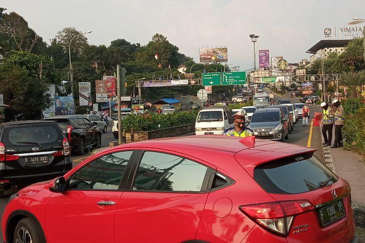 Kondisi lalu lintas sejak libur panjang di kawasan Puncak Bogor, Jawa Barat.