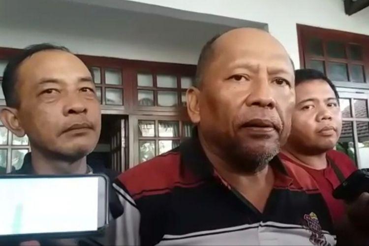 Mantan Exco PSSI Hidayat memeberikan keterangan kepada awak media seusai rumahnya di Kelurahan Kandangan, Kecamatan Benowo, Surabaya, digeledah Satgas Antimafia Bola, Rabu (23/1/2019).