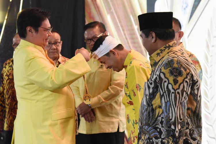 Ketua DPD Golkar Jawa Barat Dedi Mulyadi (kanan) mendapat penghargaan caleg dengan suara terbanyak di Jakarta, Minggu (15/9/2019).