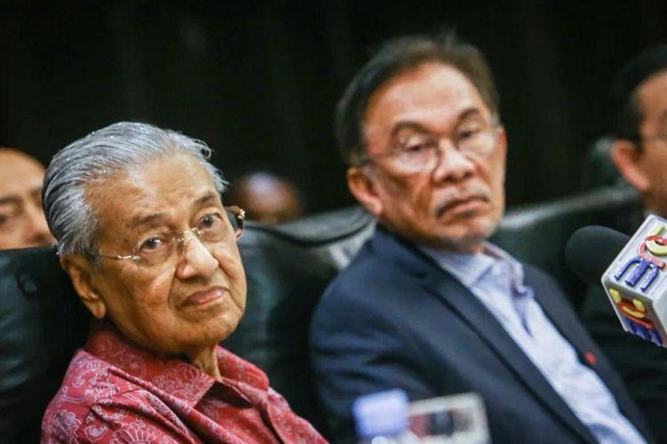 Perdana Menteri Malaysia Mahathir Mohamad dan calon penggantinya mantan Deputi Perdana Menteri Anwar Ibrahim