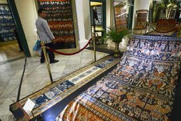 "Beragam jenis kain tenun Sumba digelar dalam pameran bertajuk ""Wastra Sumba: Warisan Dunia dari Indonesia"" di Museum Tekstil, Jakarta, Jumat (11/10/2013). Pameran menampilkan 80 lembar kain tradisional Sumba."