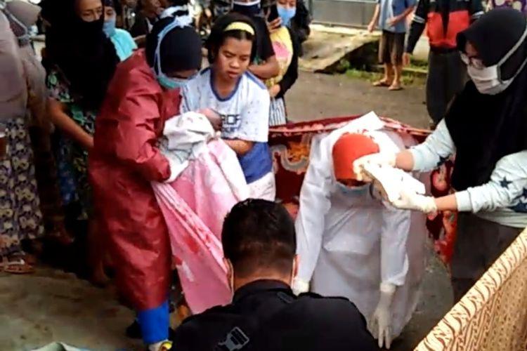 Tangkapan layar video ODGJ melahirkan bayi di Majenang, Cilacap, Jawa Tengah, Senin (1/6/2020).