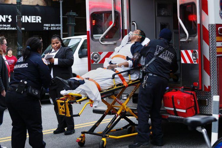 Seornag pria diantar ambulans setelah mengalami kecelakan kereta api. Studi baru menunjukkan gen kita tetap aktif saat kita sudah meninggal. Ini membantu untuk memperkirakan waktu kematian lebih baik.