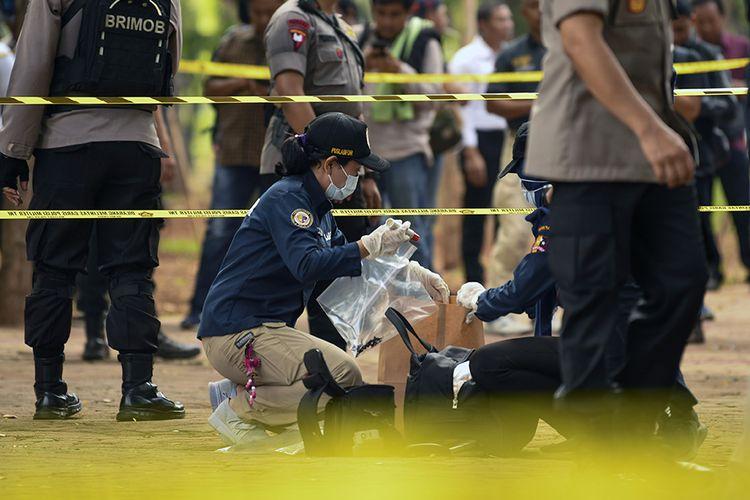 Anggota Labfor Mabes Polri mengumpulkan barang bukti di TKP ledakan di kawasan Monas, Jakarta, Selasa (3/12/2019). Ledakan diduga berasal dari granat asap terjadi di kawasan Monas pada Selasa pagi dan diketahui melukai dua orang anggota TNI.