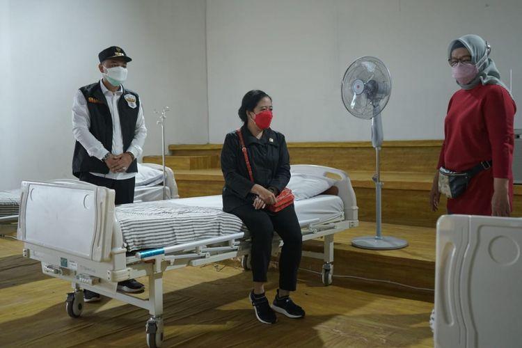 Ketua DPR Puan Maharani meninjau kesiapan Rumah Sakit Darurat Lapangan Tembak Kedung Cowek, Surabaya dalam merawat pasien Covid-19, Kamis (8/7/2021).