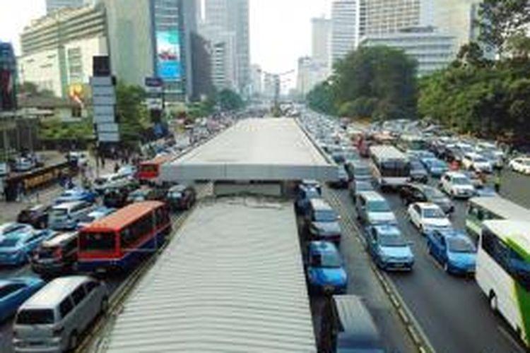 Imbas unjuk rasa buruh di Bundaran HI, sejumlah ruas jalan di MH. Thamrin menjadi tersendat pada Jumat (3/7/2015) sore.