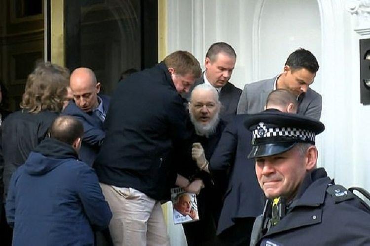 Pendiri WikiLeaks Julian Assange (berjenggot) ketika digelandang keluar dari Kedutaan Besar Ekuador di London, Inggris, pada Kamis (11/4/2019).