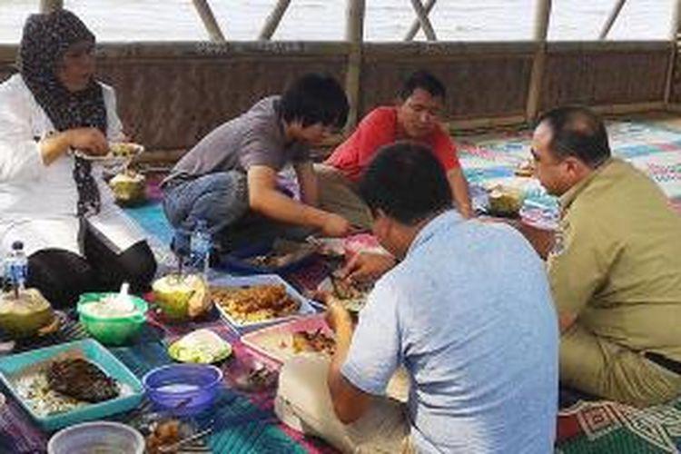 Menikmati indahnya pantai dan semilir angin saat makan siang di Restoran Rizky, Karang Serang, Sukadiri, Kabupaten Tangerang.