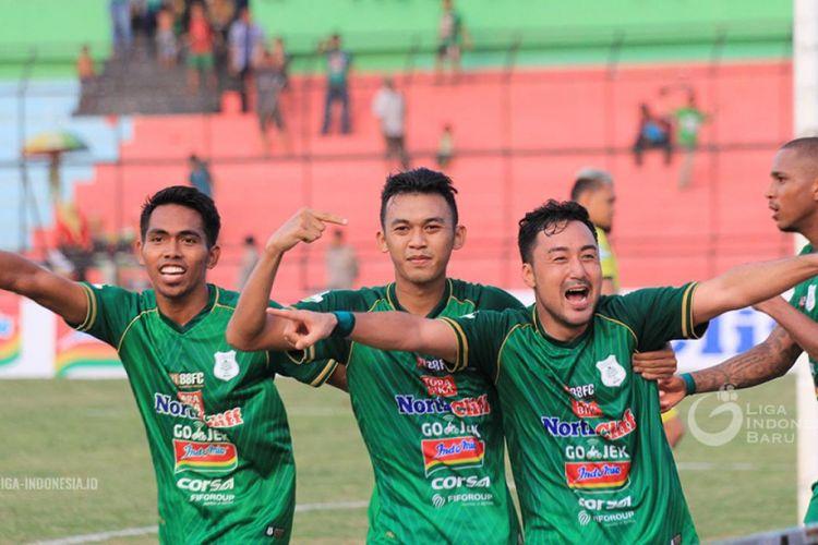 Para pemain PSMS Medan merayakan gol ke gawang Persela Lamomgan pada pertandingan Liga 1 di Stadion Teladan, 21 September 2018.