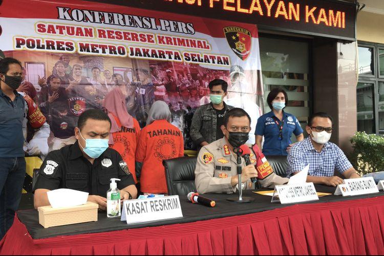 Polres Metro Jakarta Selatan menangkap dua pelaku penganiayaan Lurah Cipete Utara, Nurcahya yang terjadi di Waroeng Brothers & Coffee pda November lalu.
