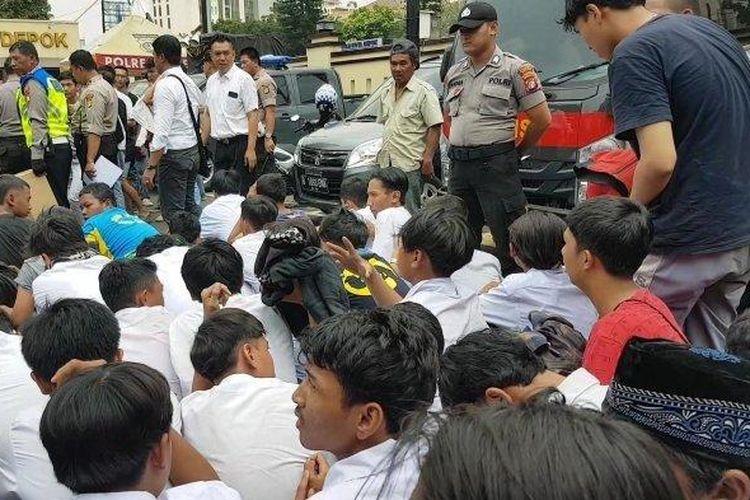 Puluhan pelajar yang diamankan di Mapolresta Depok, Senin (30/9/2019).