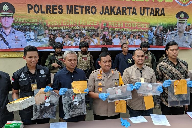 Aparat Polres Metro Jakarta Utara memberi keterangan kepada wartawan terkait kasus penganiayaan yang menyebabkan seorang pria bernama Hilarius Ladja  tewas di Pantai Beachpool Ancol pada 30 Juni 2019.