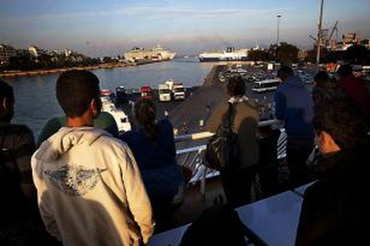 Sekelompok pengungsi Suriah dalam ferry pada perjalanan mereka menuju Athena, Yunani.