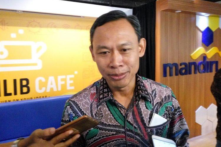 Komisioner KPU RI Pramono Ubaid Tanthowi saat menemui wartawan usai menjadi pematik diskusi di acara sarasehan refleksi pemilu di Digilib Cafe, Fisipol UGM