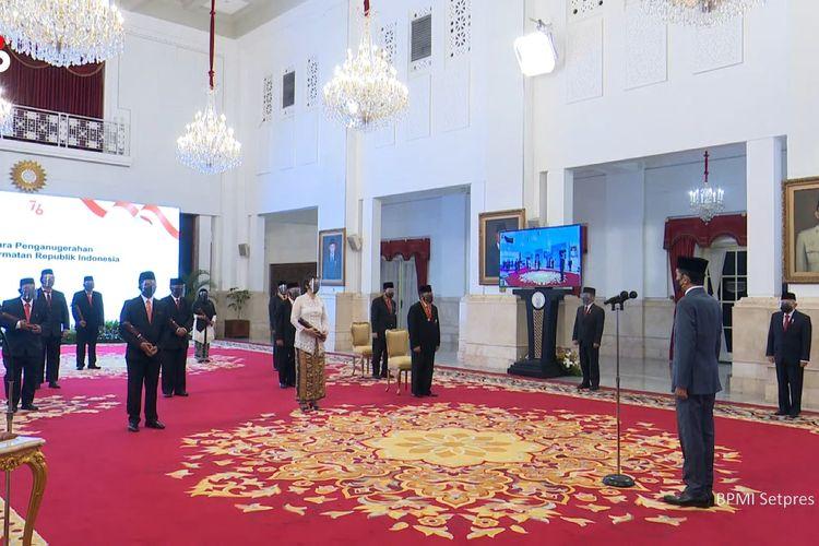 Foto tangkapan layar YouTube Sekretariat Presiden: Presiden Joko Widodo menganugerahkan tanda kehormatan ke 335 tokoh di Istana Negara, Jakarta, Kamis (12/8/2021).