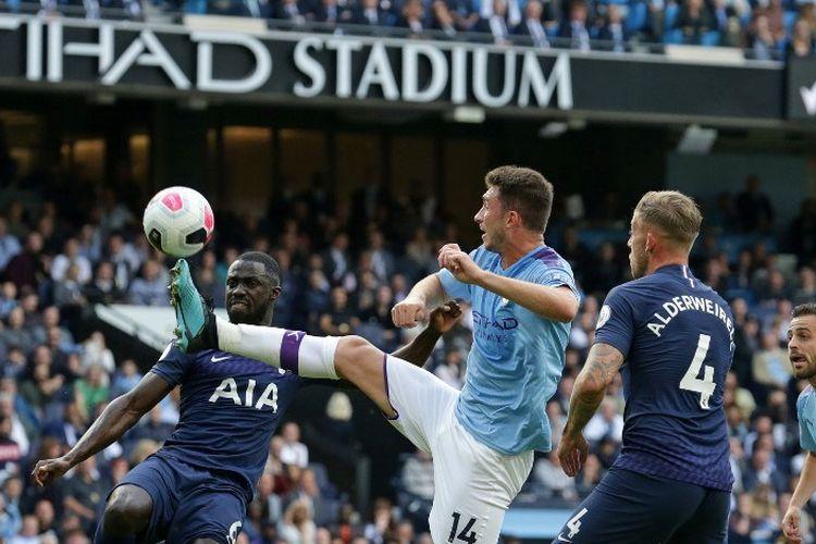 Davinson Sanchez dan Toby Alderweireld mengawal Aymeric Laporte pada pertandingan Manchester City vs Tottenham Hotspur di Stadion Etihad dalam lanjutan Liga Inggris, 17 Agustus 2019.