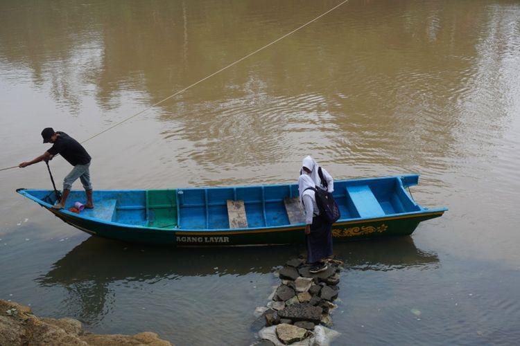 Mengikuti UNBK, siswa SMP harus menyeberang dengan perahu di Dusun Jelok, Desa Beji, Kecamatan Patuk, Gunung Kidul.