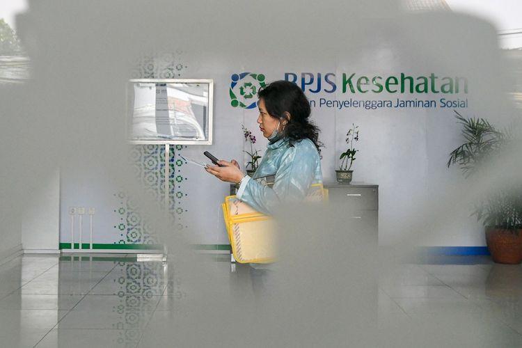 Warga berjalan di lobi kantor Badan Penyelenggara Jaminan Sosial (BPJS) Kesehatan Jakarta Timur, di Jakarta, Rabu (30/10/2019). Presiden Joko Widodo resmi menaikan iuran BPJS Kesehatan sebesar 100 persen yang akan berlaku mulai 1 Januari 2020 bagi Peserta Bukan Penerima Upah (PBPU) dan peserta bukan pekerja menjadi sebesar Rp42 ribu per bulan untuk kelas III, Rp110 ribu per bulan untuk kelas II dan Rp160 ribu per bulan untuk kelas I. ANTARA FOTO/M Risyal Hidayat/wsj.