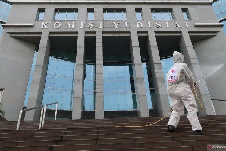 Petugas PMI Jakarta Pusat melakukan penyemprotan cairan disinfektan di kantor Komisi Yudisial, Jakarta, Jumat (10/7/2020). Kegiatan ini sebagai upaya mencegah penyebaran virus setelah sebelumnya Sekretaris Jenderal Komisi Yudisial Tubagus Rismunandar dinyatakan positif terpapar COVID-19. (ANTARA/Sugiharto Purnama)