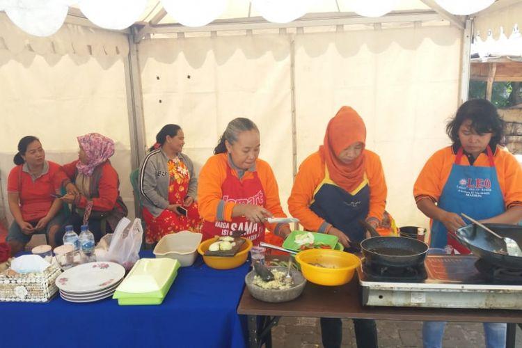 Nampak ibu-ibu mengolah aneka bahan pokok makanan dibeli dari Pasar Besar Kota Madiun. Para ibu diberi tantangan memasak aneka bahan pokok makanan dengan budget uang Rp 200.000 oleh relawan Ayo Jokowi, Minggu (14/10/2018).
