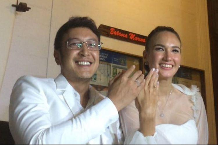 Nadine Chandrawinata dan suaminya, Dimas Anggara, ditemui usai resepsi pernikahan mereka di Marina Batavia, Sunda Kelapa, Jakarta Utara, Minggu (15/7/2018).