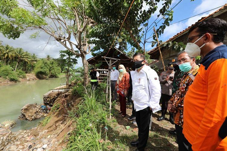 Menteri PPN/Kepala Bappenas Suharso Monoarfa saat mengecek kondisi bantaran Sunga Cipalebuh, Pamengpeuk, Garut, Jawa barat untuk mitigasi banjir, Jumat (23/10/2020).
