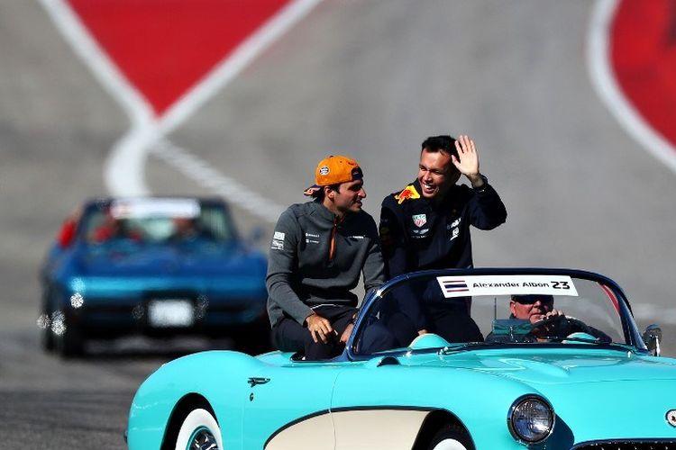 Pebalap F1 asal Thailand, Alexander Albon, dan Carlos Sainz menjalani defile jelang GP Amerika di Austin, 3 November 2019.