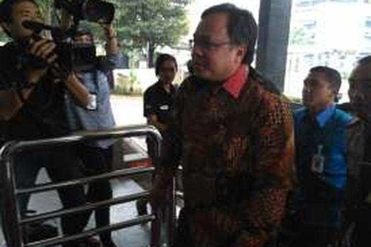 Menteri Perencanaan Pembangunan Nasional (PPN) Bambang Brodjonegoro menyerahkan Laporan Harta Kekayaan Pejabat Negara di gedung KPK, Jakarta, Selasa (8/11/2016)