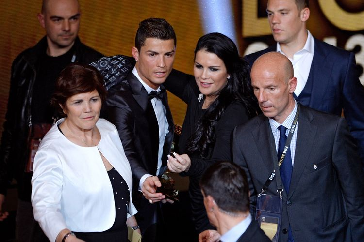 Penyerang Portugal Cristiano Ronaldo bersama ibunya Dolores Aveiro (kiri) dan kakaknya, Katia Aveiro (dua dari kanan) merayakan kemenangan dalam penghargaan Ballon d'Or di Zurich, Swis, pada 13 Januari 2014.