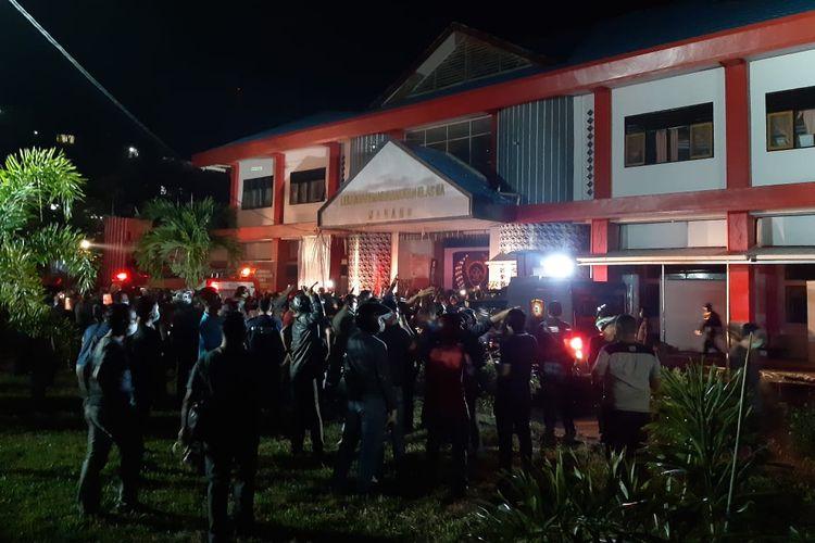 Kerusuhan yang dilakukan narapidana menyebabkan Lapas Tuminting Manado terbakar pada Sabtu (11/4/2020).